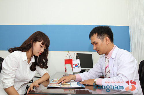 Bác sĩ tư vấn độn cằm Hàn Quốc cho khách hàng