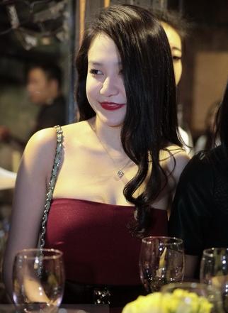 """""""Zoom"""" khuôn mặt xinh đẹp của bạn gái Tuấn Hưng sau nghi án độn cằm 5"""
