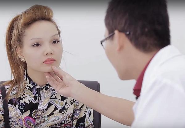 Tuyết DJ được bác sĩ tư vấn trước phẫu thuật gọt mặt Hàn Quốc