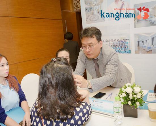 Bác sĩ Kangnam tư vấn gọt mặt nội soi cho khách hàng