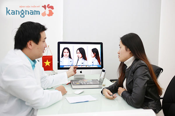 Bác sĩ thăm khám tư vấn cho khách hàng trước khi đi phẫu thuật độn cằm