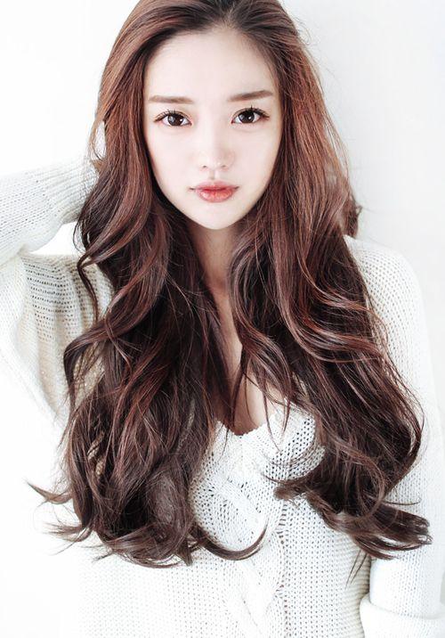Tóc dài xoăn nhẹ - kiểu tóc làm thon gọn khuôn mặt đơn giản