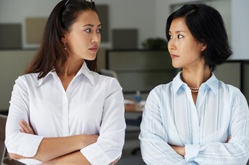 Phụ nữ gò má cao khổ sở về những tin đồn thị phi