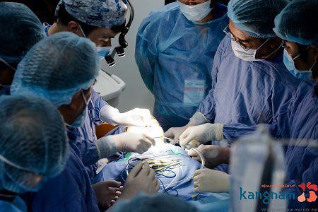 Bác sỹ tiến hành phẫu thuật gọt hàm với thiết bị hỗ trợ cao cấp hiện đại