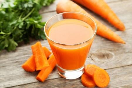 Sử dụng nước ép cà rốt là cách làm đầy má hóp khá hiệu quả